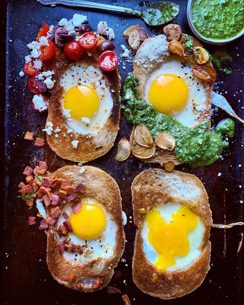 Pan con huevos tiernos o cocidos