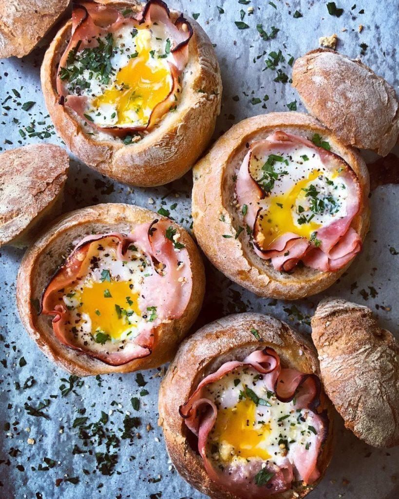 Jamón al horno con queso y huevo dentro del pan
