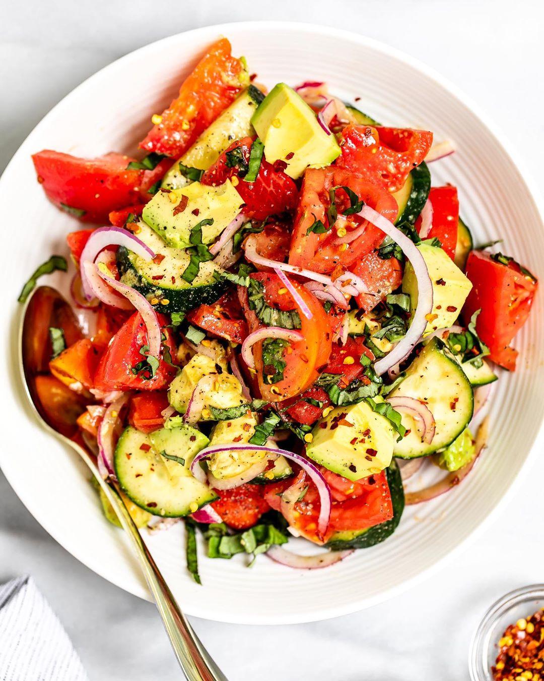 Con tomate, pepino y aguacate y cebolla morada