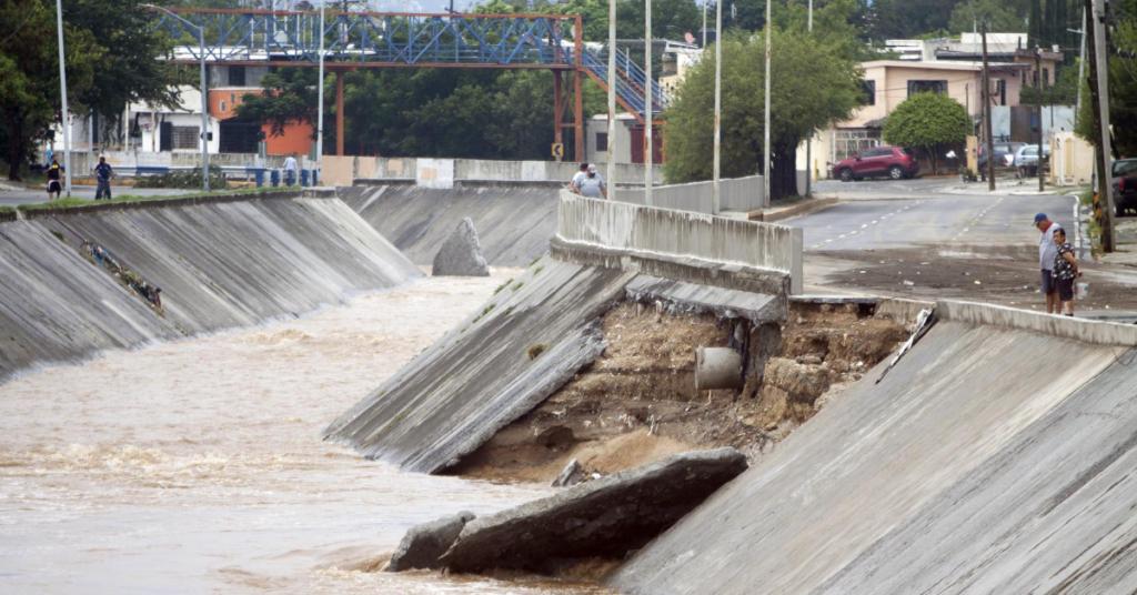 Las imágenes que deja la tormenta Hanna: soldados limpian las calles destruidas en México