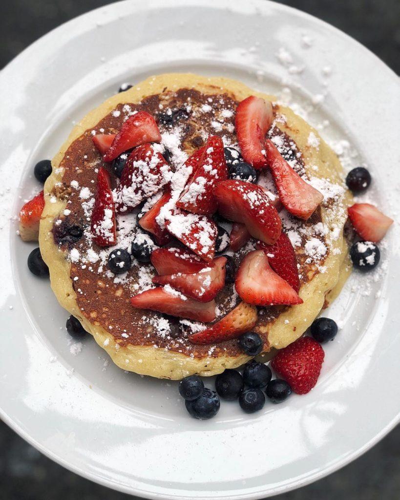 Pancakes con frutas y azúcar en polvo