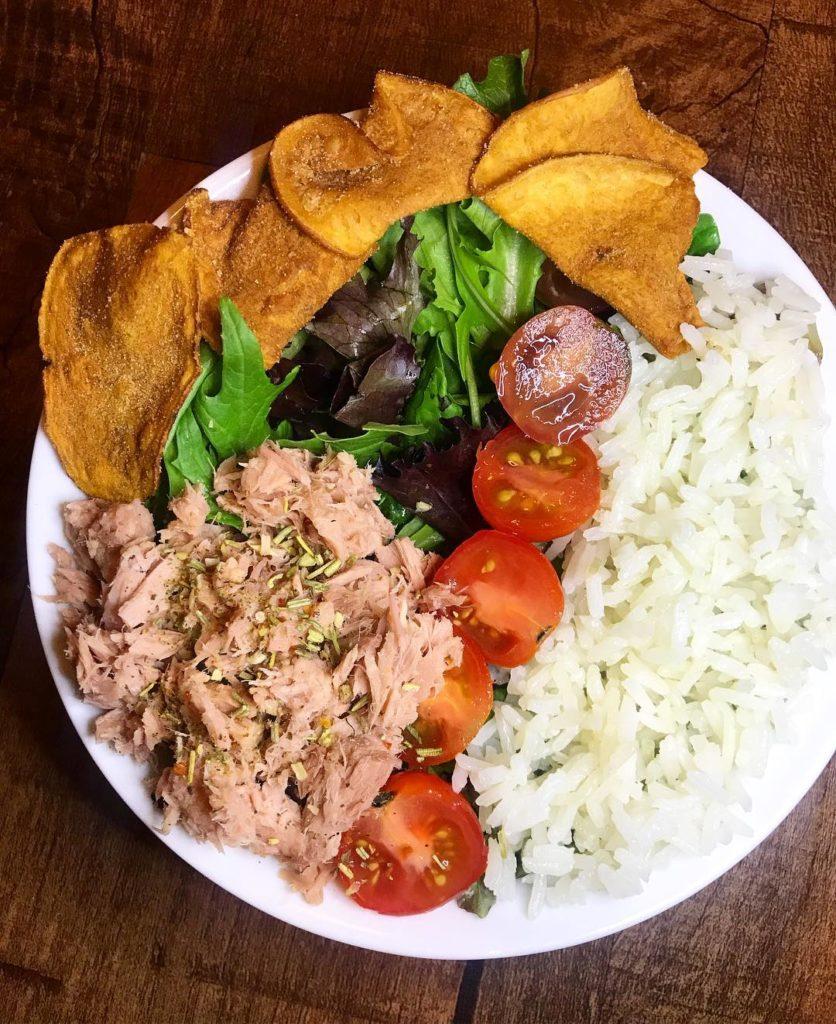 Arroz con atún y ensalada