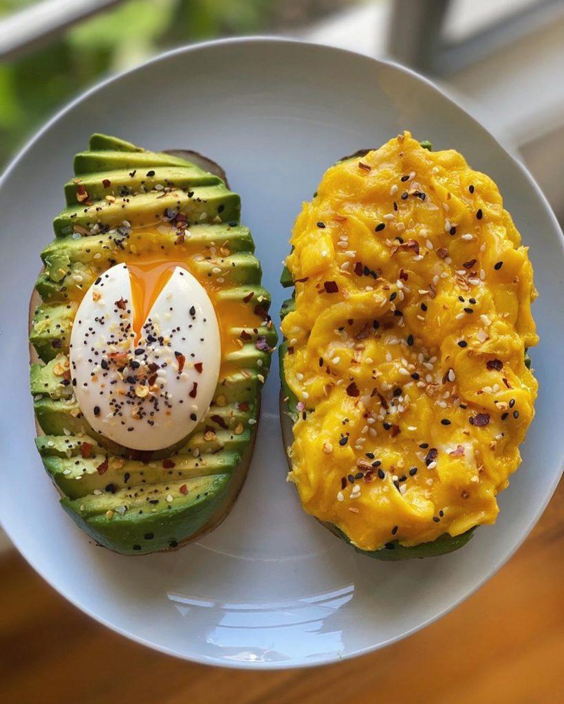 Tostadas de aguacate con huevo hervido