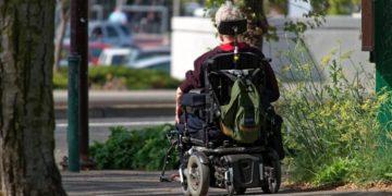 Anciano silla de ruedas