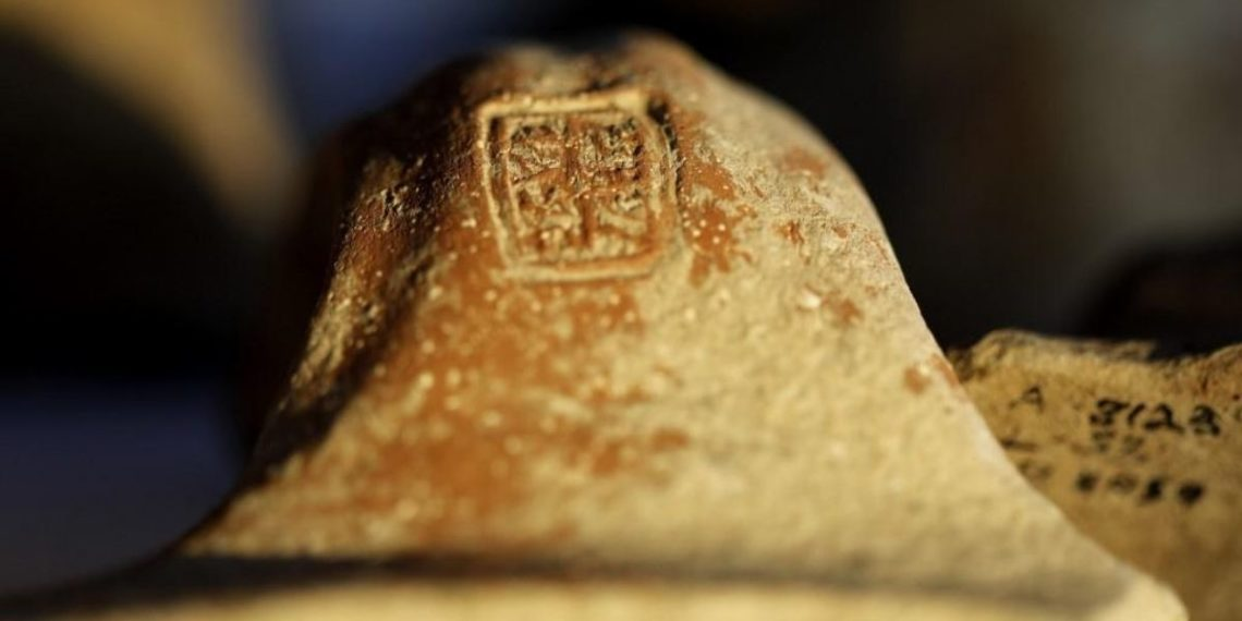 Hallan colección de cerámicas estampilladas de hace 2.700 años en Jerusalén. Foto: AFP