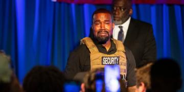Kanye West rompe en llanto en medio de su discurso en North Carleston, Carolina del Sur. AP