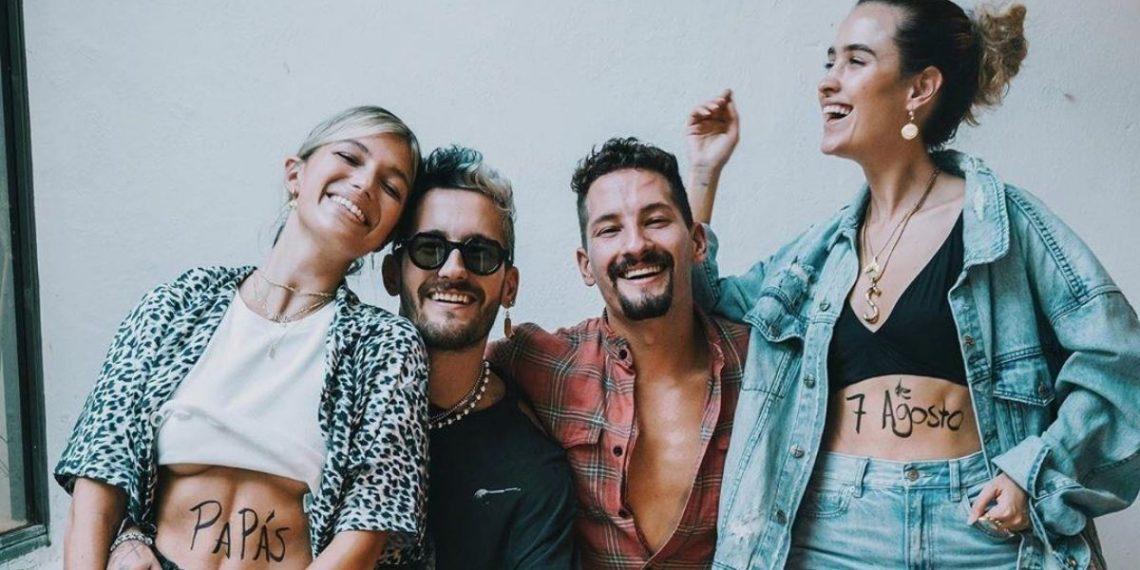 Sara Escobar, novia de Mau y Stefi Roitma, la esposa de Ricky, posando para su nuevo álbum. Foto: Instagram @mauyricky