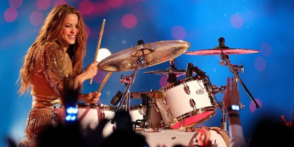 La cantante colombiana Shakira toca la batería durante el Pepsi Super Bowl LIV Halftime Show en el Hard Rock Stadium el 02 de febrero de 2020 en Miami.  Foto: AFP