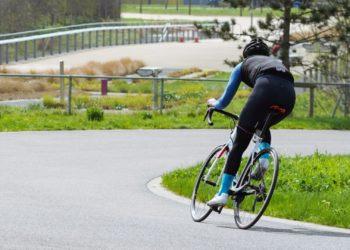 Ciclista finge que policía lo golpeó