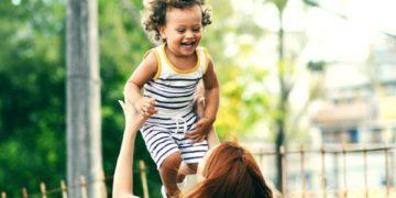 Reencuentro de una madre con su hijo separados por el coronavirus