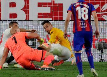 Lucas Ocampos portero y goleador: cinco raros arqueros de emergencia