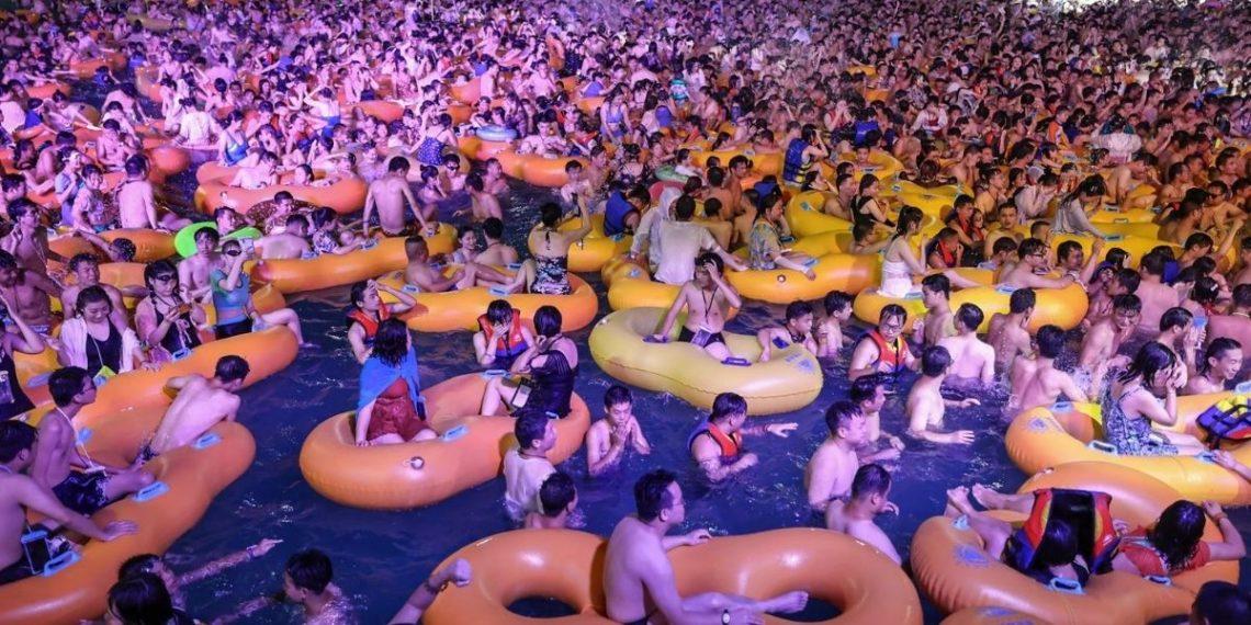 Masiva fiesta acuática en Wuhan causa polémica en el mundo durante plena pandemia por coronavirus.