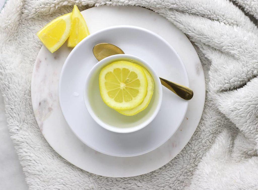 Agua tibia de limón