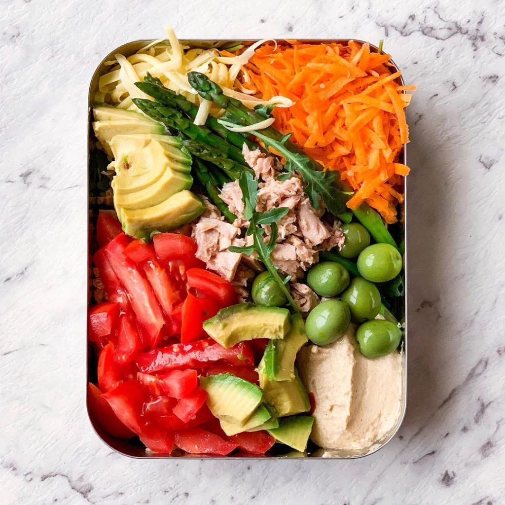 Aguacate, atún y zanahoria rallada