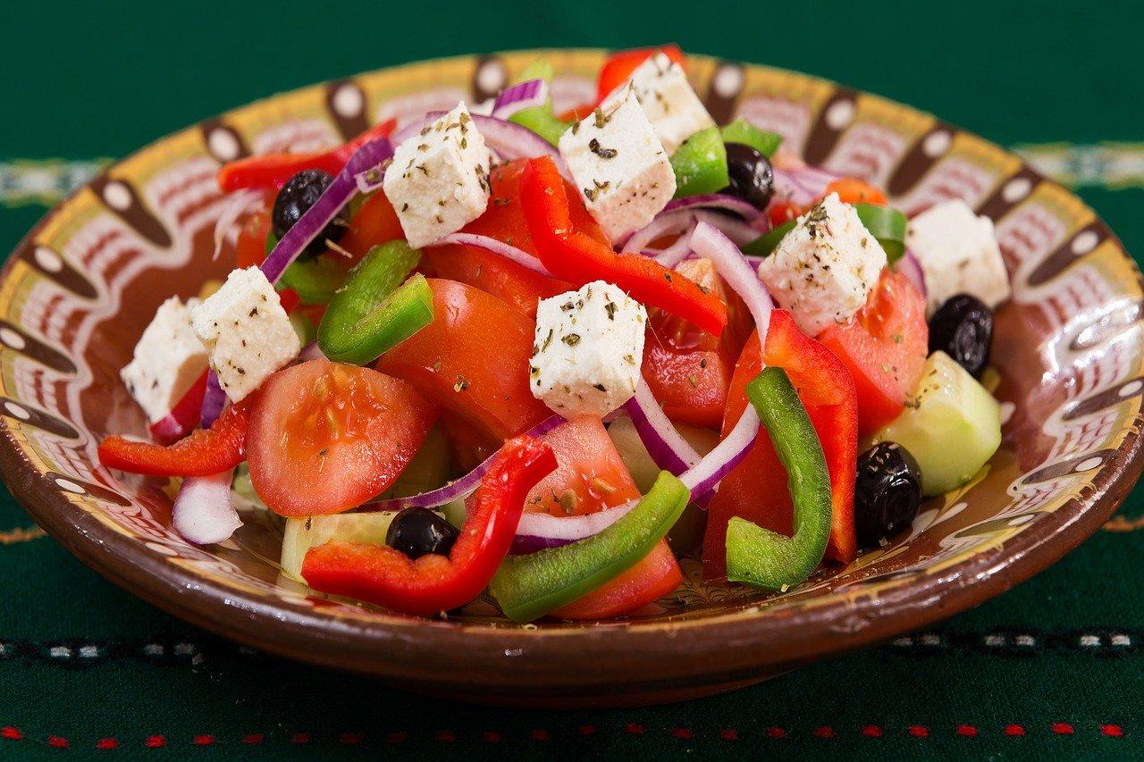 Cubos de queso en ensaladas y comidas saladas