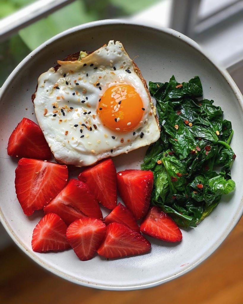 Aguacate, huevo y fresas