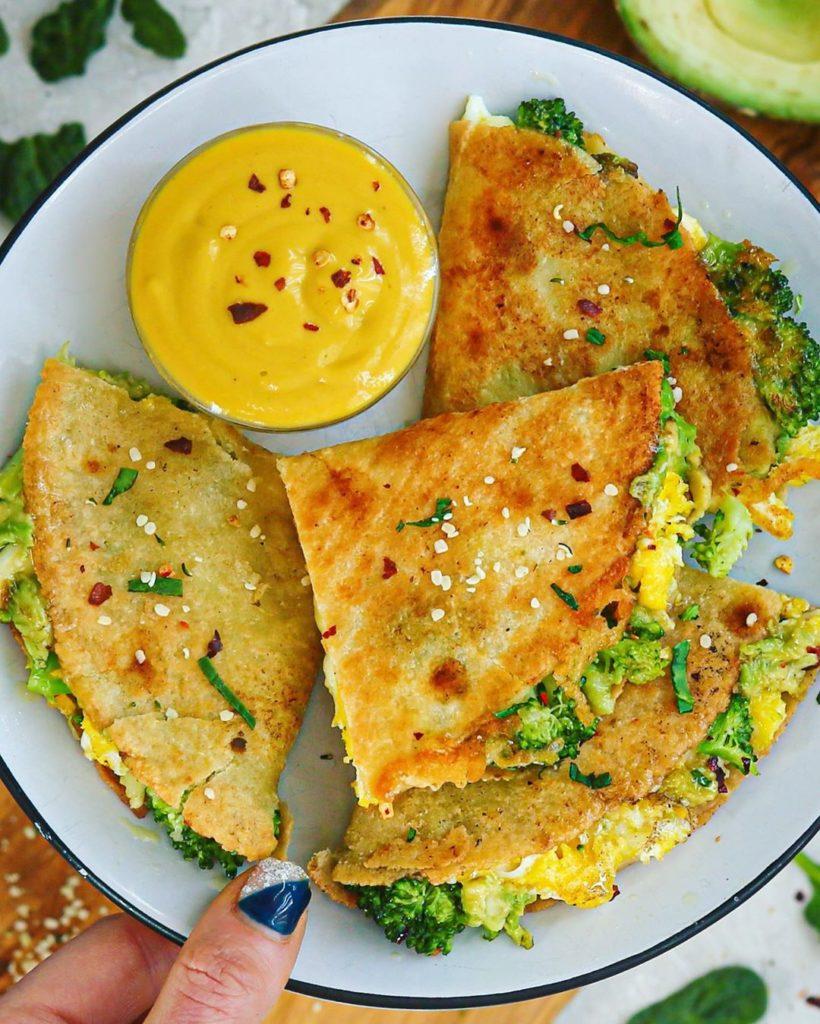 Huevo, brócoli y salsa de queso