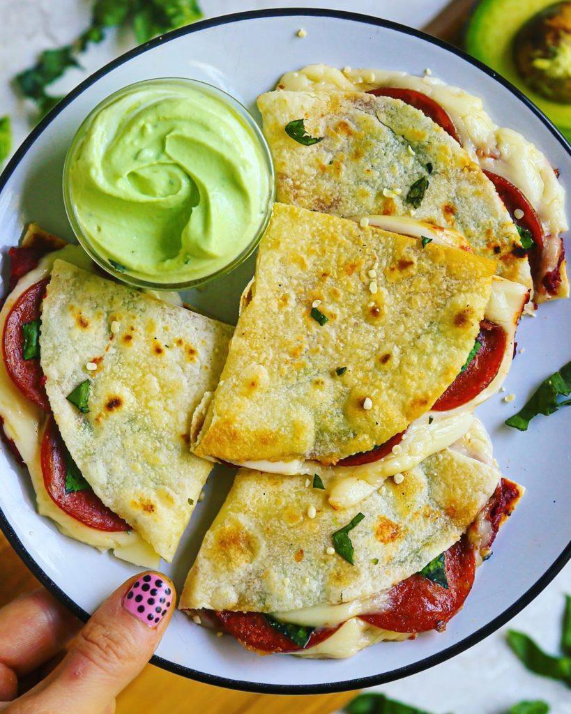 Tortillas con queso, tomate y aguacate