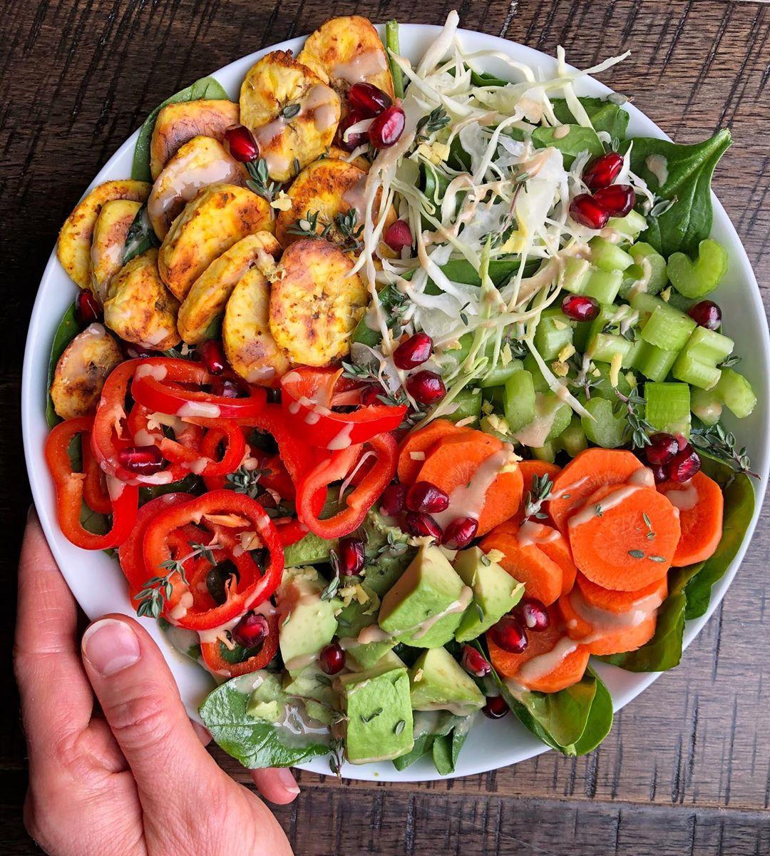 Plátanos al horno con diversas verduras
