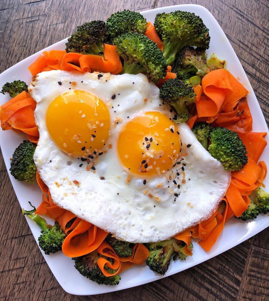 Una ensalada brócoli y zanahoria que resalta en la lista de recetas sanas