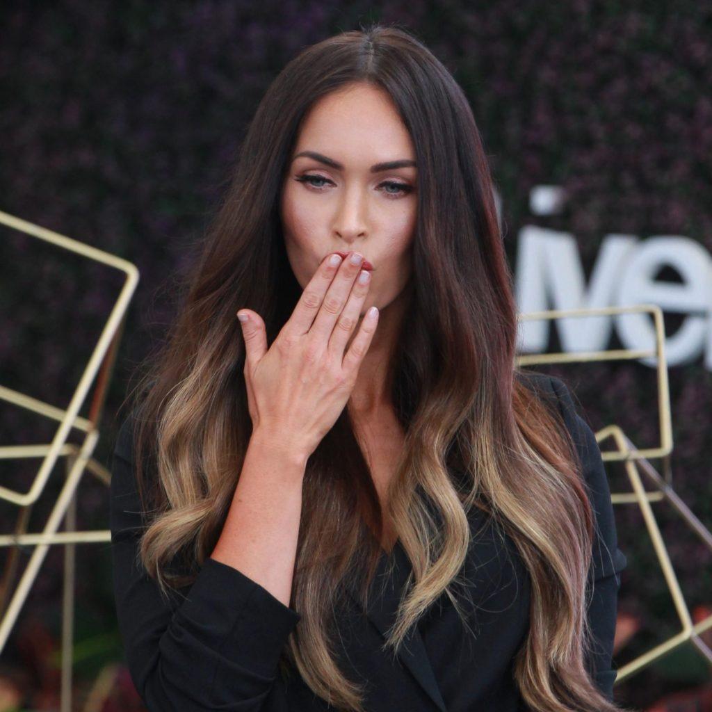 Megan Fox dedo