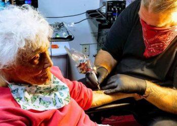Abuela se hizo un tatuaje para celebrar el fin de su aislamiento