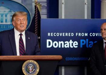 Presidente Trump junto con el Doctor Stephen Hahn en la Casa Blanca. Foto: AP