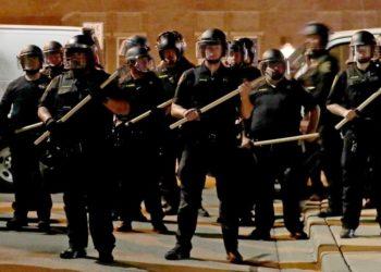 Hombre negro policía