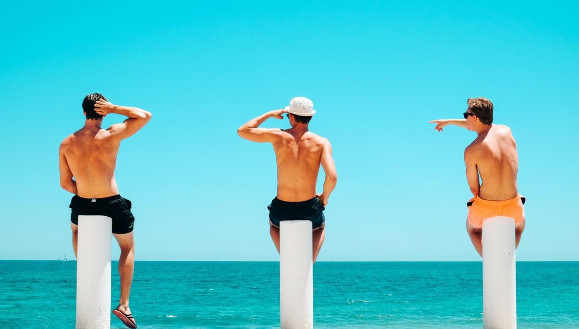 hombres en la playa