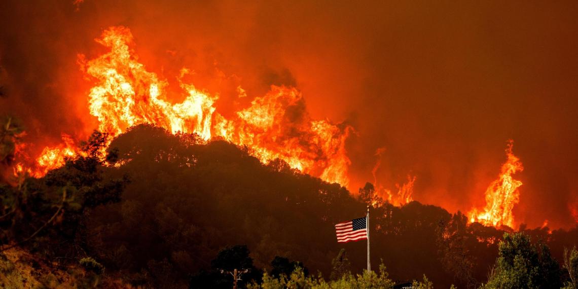 El paso de las llamas en en condado de Napa, California. Foto: AP