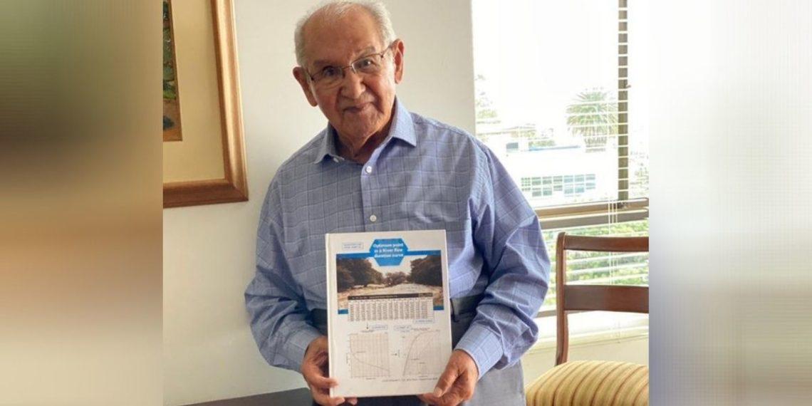 abuelo ingeniero presenta tesis doctoral a una universidad
