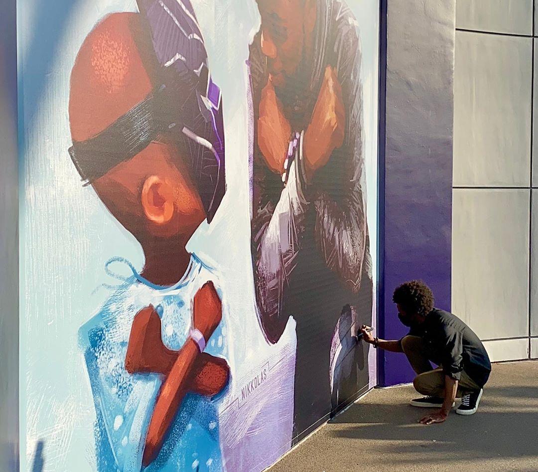 Con emotivo mural, Disney honra la memoria de Chadwick Boseman, el actor de 'Black Panther'