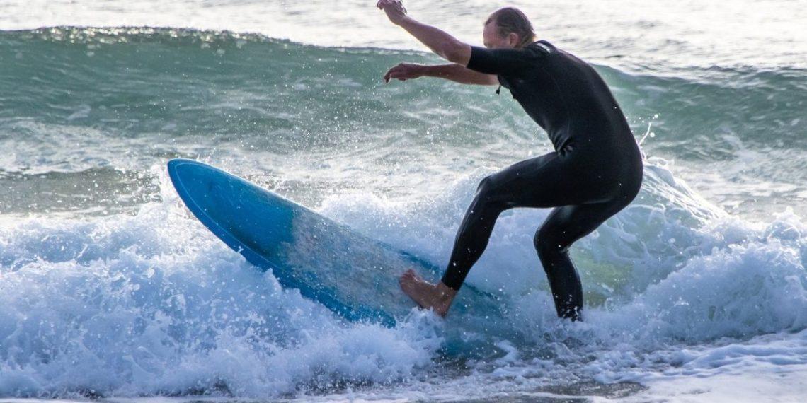 Tabla de surf y surfista