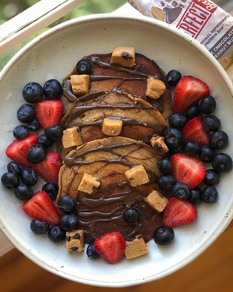 Panqueques cubiertos con mantequilla de chocolate