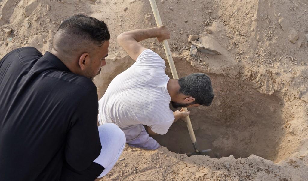 Con nuevo dolor, en Iraq vuelven a enterrar a los muertos de Covid-19