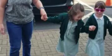 Niña con discapacidad en sus piernas cumplió su sueño: llevar a su hermanita a la escuela