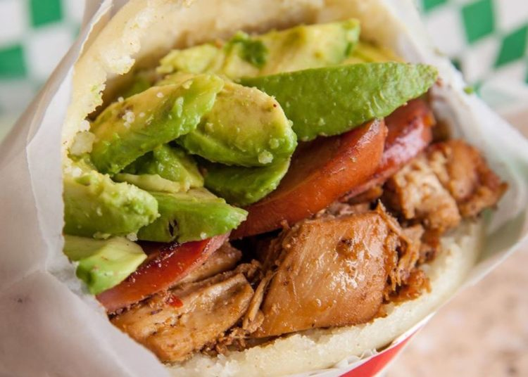 Pollo, aguacate y tomate