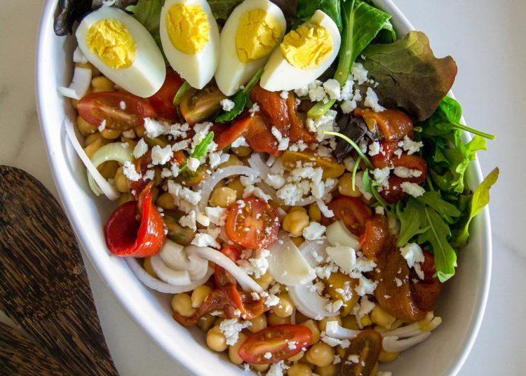 Con garbanzos, huevo y tomate