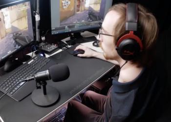 Enfrentando su discapacidad: hombre aprendió a tocar piano y usar una computadora con su pie