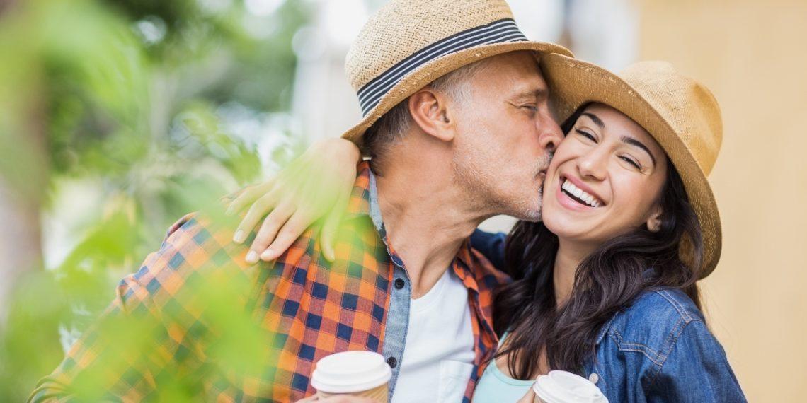 La diferencia de edad en las parejas puede representar un problema para la familia y amigos. Foto: Freepik