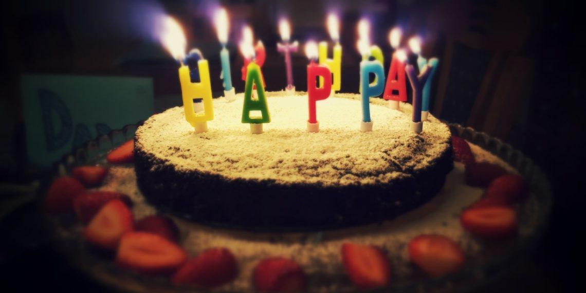 Anciano celebró su cumpleaños con fiesta de El Chavo