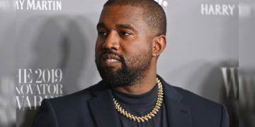 Kanye West sube un video orinando un Grammy