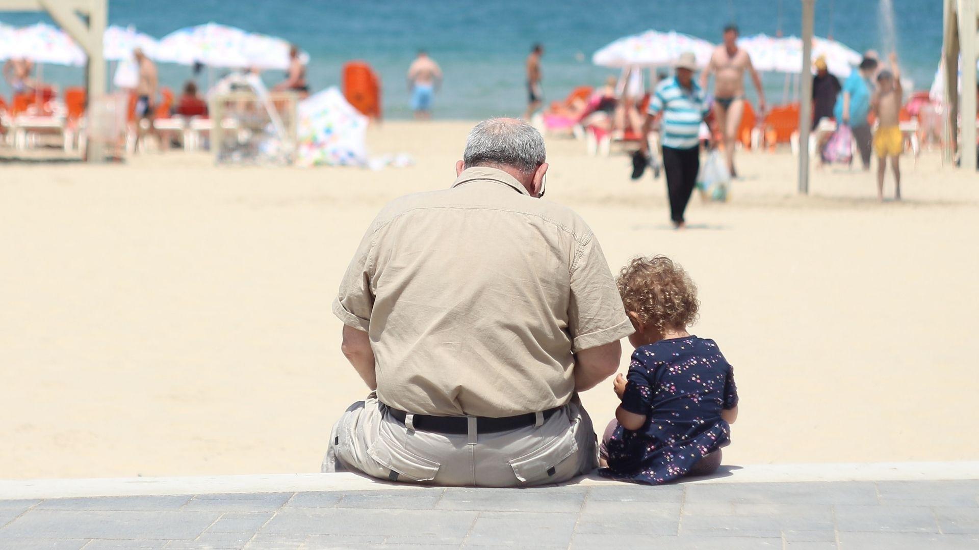 La reacción de un abuelo al conocer a su nieta