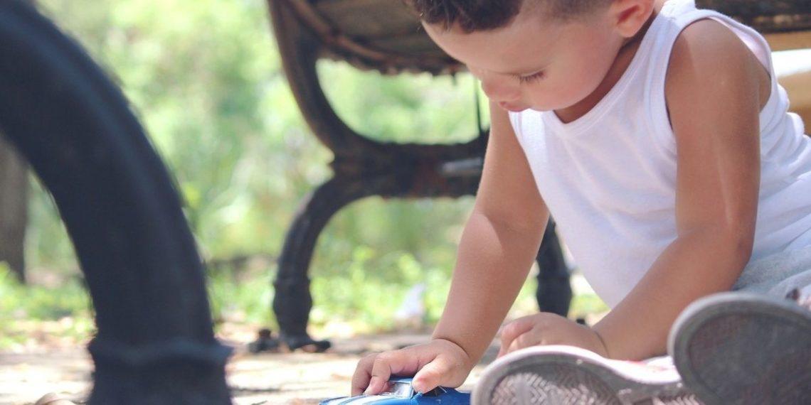 niño con la tapa del inodoro