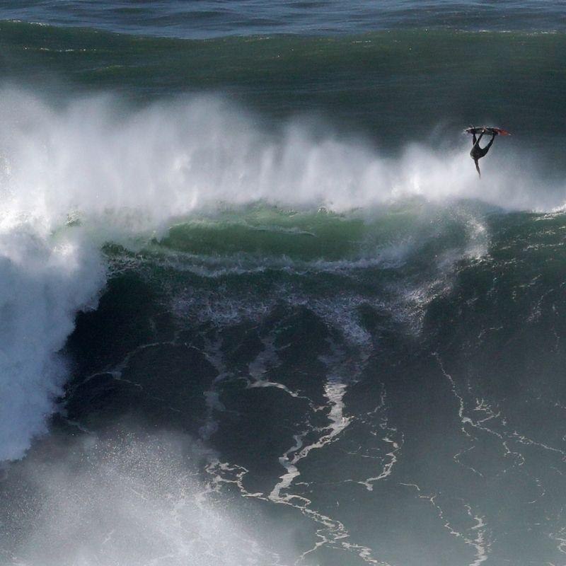 Olas gigantes de Nazaré: la tradición del surf en la costa de Portugal