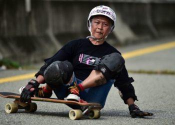 Abuelita practica longboard