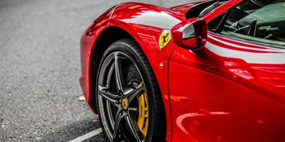 rapero compra Ferrari con recursos del COVID