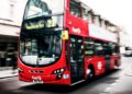 mujer escupe en autobús