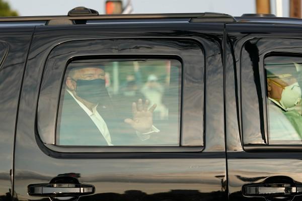 Trump saluda a simpatizantes