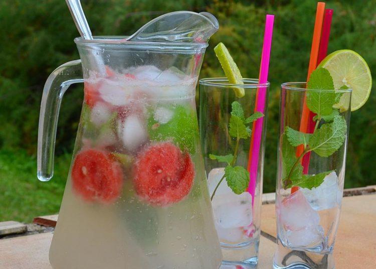 Bebidas de aguas saborizadas caseras que pueden ayudarte a bajar de peso
